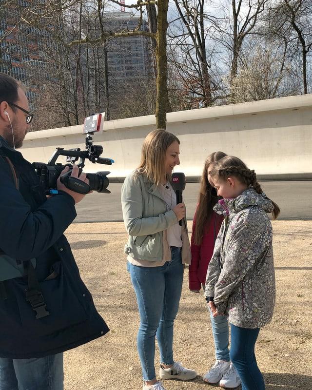 Anna und die Mädchen stehen vor dem SRF-Gebäude.