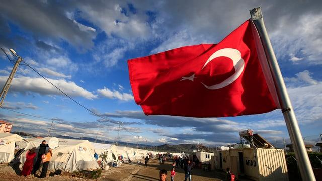 La bandiera da la Tirchia en in champ da fugitivs.