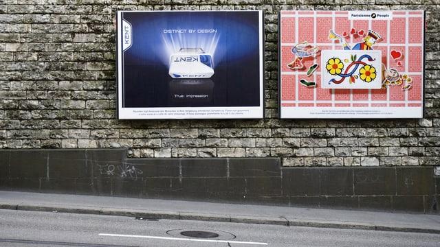 Plakatwerbung an Strasse.
