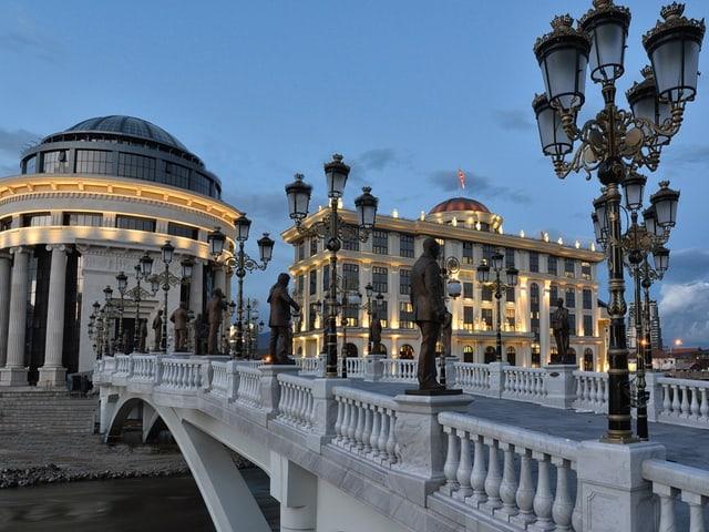 Die Kunst-Brücke zeigt Statuen von 29 mazedonischen Künstlern.