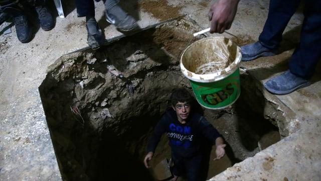 Kind in einem Bunker.