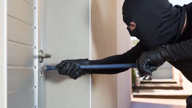 Einbrecher an einer Haustüre