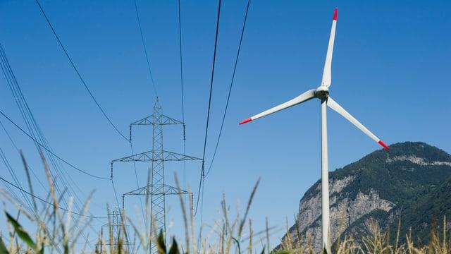 Windrad und Starkstromleitung im Kanton Wallis