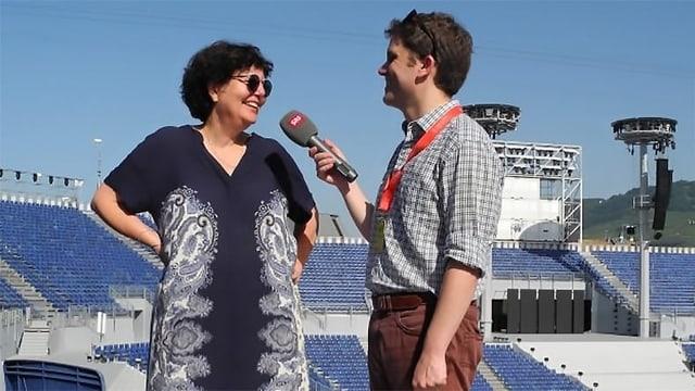 Eine Frau und ein Mann bei einem Interview.
