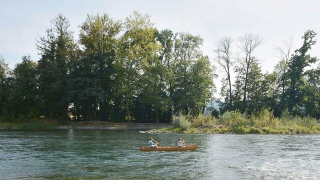 ein Paar, das im Fluss kajakt