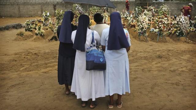 quatter mungias avant pliras fossas d'unfrendas da las attatgas a Sri Lanka