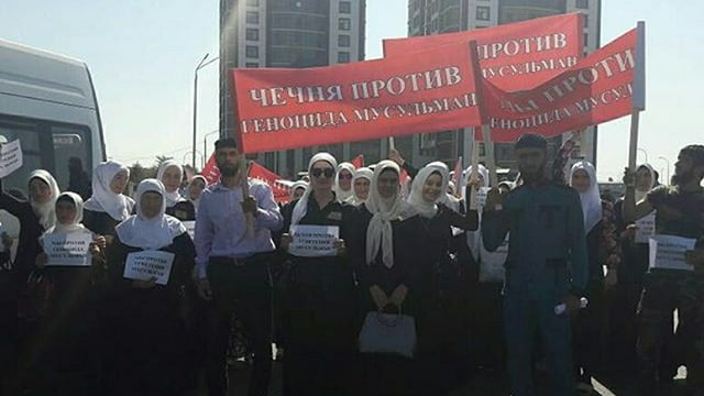 Demonstranten in Grosni