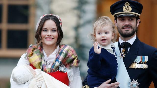 Die Familie von Prinz Carl Philipp posiert an der Taufe von Gabriel
