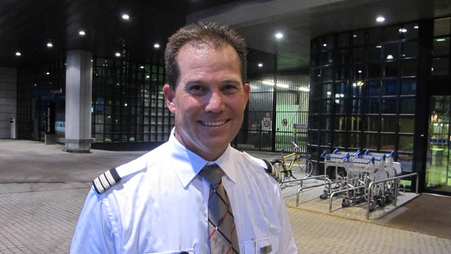 Mann in Piloten-Uniform.