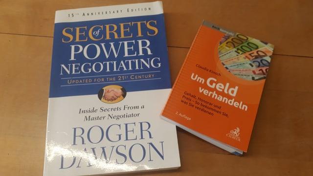 Zwei Bücher: «Secrets of Power Negotiating» von Roger Dawson und «Um Geld verhandeln» von Claudia Kimich wirst du schon bald zum Verhandlungsprofi.