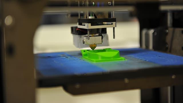 Schicht für Schicht entstehen nach digitalen Vorlagen dreidimensionale Gegenstände.
