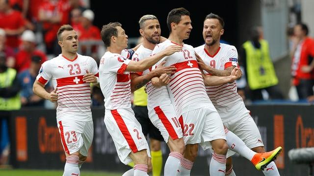 Fabian Schär e ses collegas giubileschan suenter il gol.