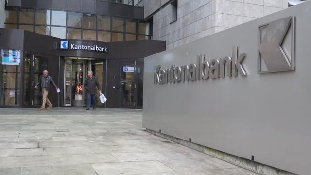 Eingang zur Kantonalbank mit Logo im Vordergrund