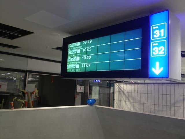Eine Anzeigetafel am Bahnhof