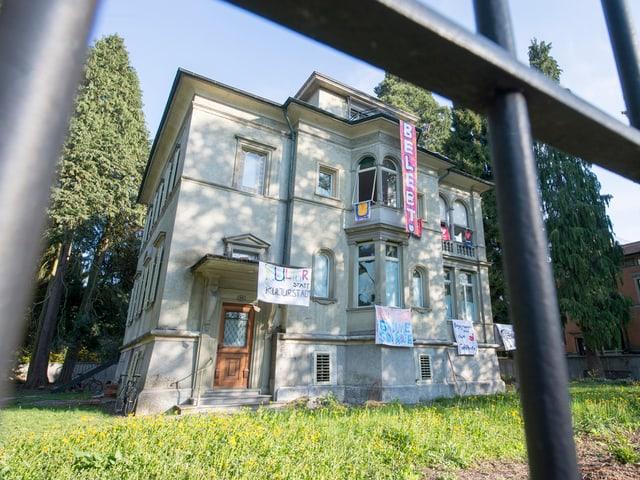 So sah es vor einem Jahr aus: besetzte Villa an der Obergrundstrasse in Luzern.