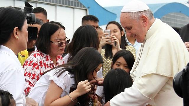 Papa Francestg ensemen cun persunas da las Filippinas.