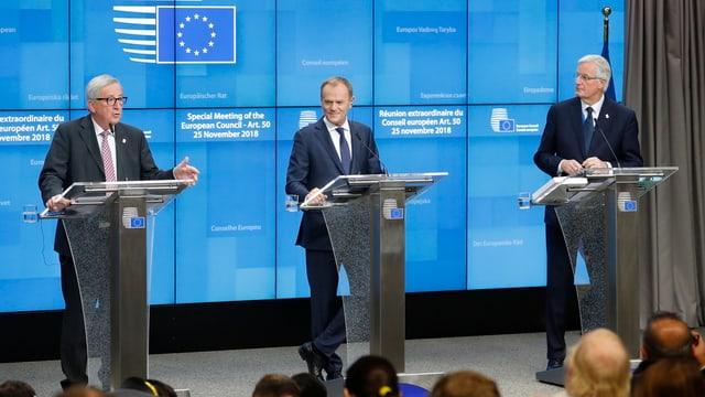 Jean-Claude Juncker, Donald Tusk e Michel Barnier (da san.).