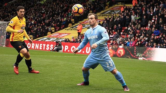 Xherdan Shaqiri nimmt breitbeinig einen Ball im Dress von Stoke an.