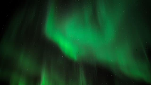 Grossflächiges Grünes Polarlicht am Himmel
