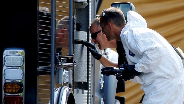 Fahnder des FBI untersuchen einen Wagen am Tatort in Orlando.