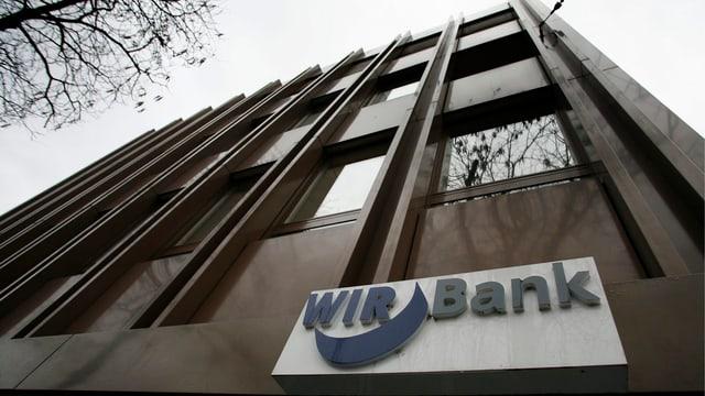 Ein Gebäude mit dem Schild der WIR-Bank.