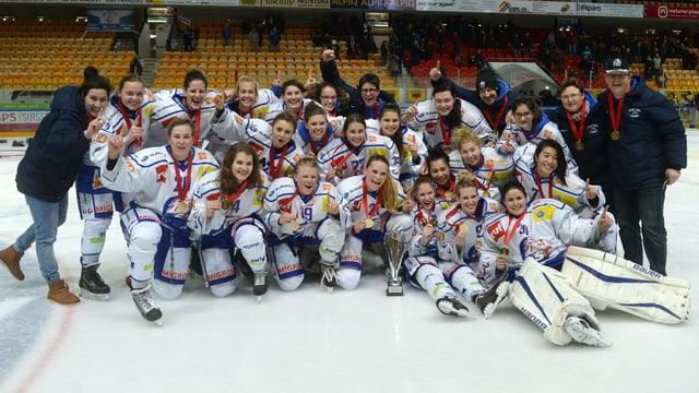 Ein Mannschaftsfoto der ZSC-Lions-Frauen mit dem Meisterpokal.