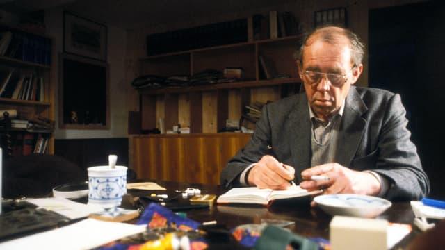 Heinrich Böll beim arbeiten.