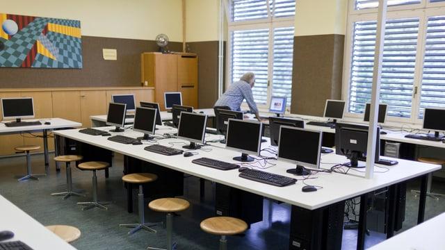 Schulzimmer mit Computern auf den Tischen.