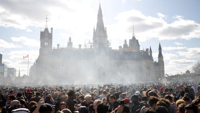 Parlament in Kanada mit Rauchschwaden
