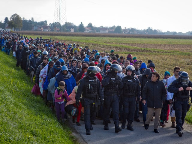 Flüchtlinge auf einer Landstrasse.