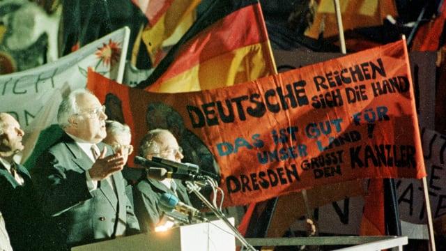 «Dresden ruft den Kanzler» steht auf einem Plakat am 19. Dezember 1989 in Dresden. Am Rednerpult vorne links steht Bundeskanzler Helmut Kohl. (reuters)