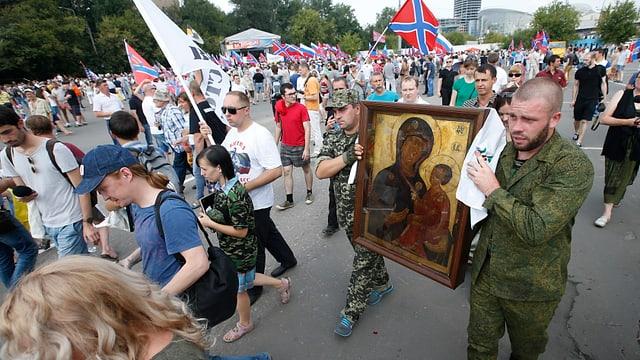 Demonstration mit Fahnen und Plakaten