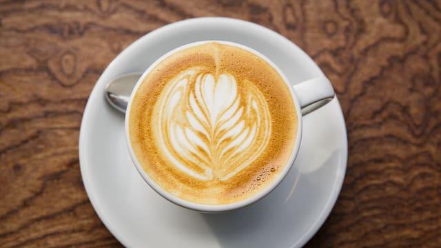 Eine Tasse Kaffee von oben.
