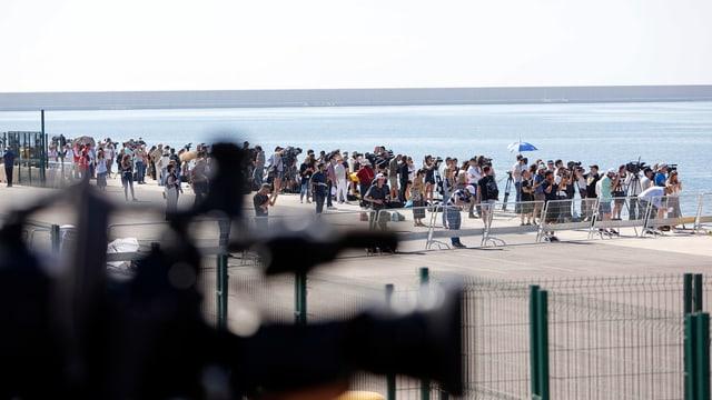 """Journalisten warten am Hafen auf die Ankunft des Rettungsschiffts """"SOS Mediterranee"""" Aquarius"""