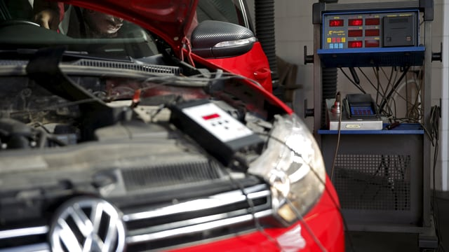 VW, Testgeräte im Hintergrund.