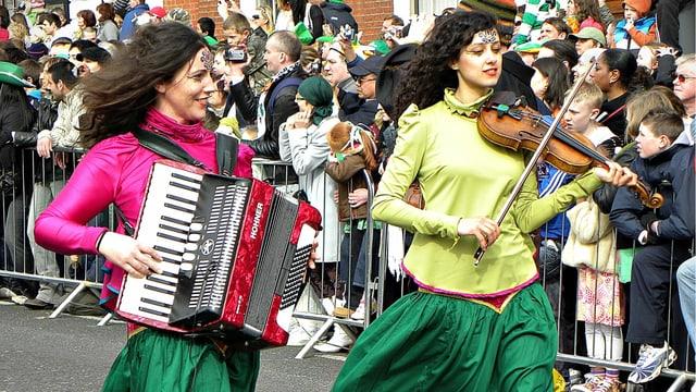 Zwei Frauen musizieren auf der Strasse