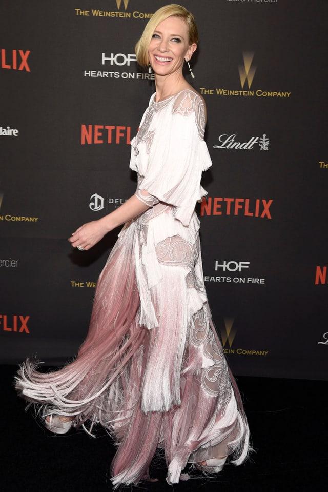 Cate Blanchett im langen hellpinken Kleid, das Kleid hat Fransen
