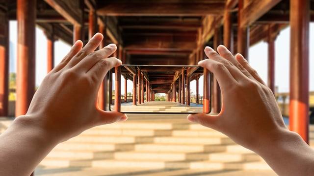 Blick durch einen Rahmen in Säulenallee