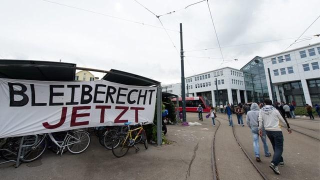 Demonstration, Transparente vor dem Bundesamt