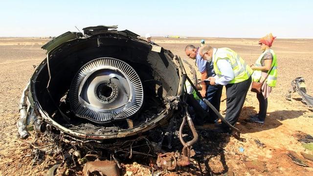 Experten schauen sich Teile des Flugzeugwracks an