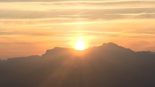 Sonnenaufgang mit Scheierwolken.