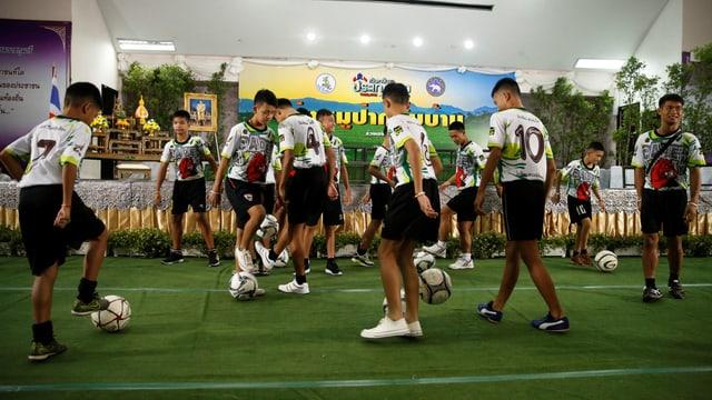Die Fussballmannschaft dribbelt an der Medienkonferenz.