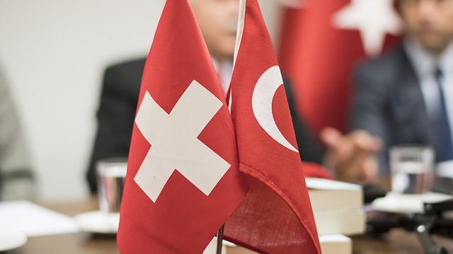 Schweizer Flagge und türkische Flagge auf Tisch