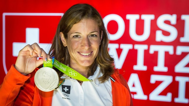 Spirig präsentiert strahlend ihre Silber-Medaille.