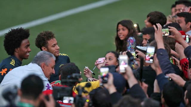 Neymar (3. v.l.) musste am meisten Autogramm- und Photowünsche erfüllen.