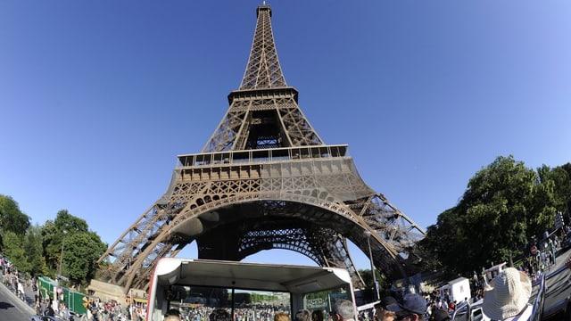 Der Eiffelturm, fotografiert vom oberen Stock eines Torusitenbusses.