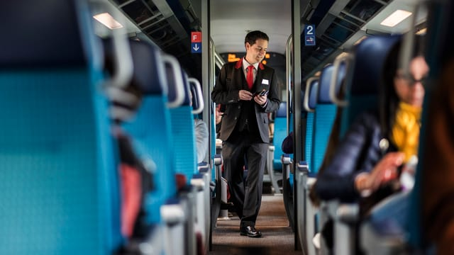 Zugpersonal läuft durch einen Zuggang.