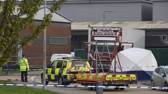 Truck und Absperrbänder der Polizei.