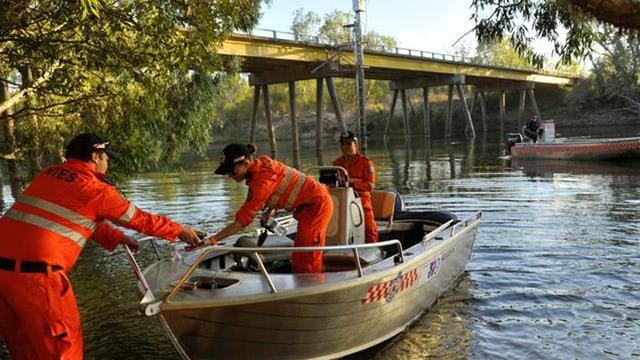 Rettungskräfte auf einem Boot in dem Fluss wo der Mann verschwand.