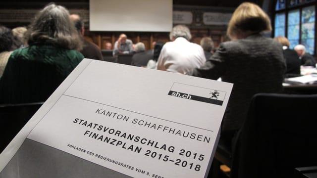 Das Budget-Buch im Schaffhauser Ratssaal.